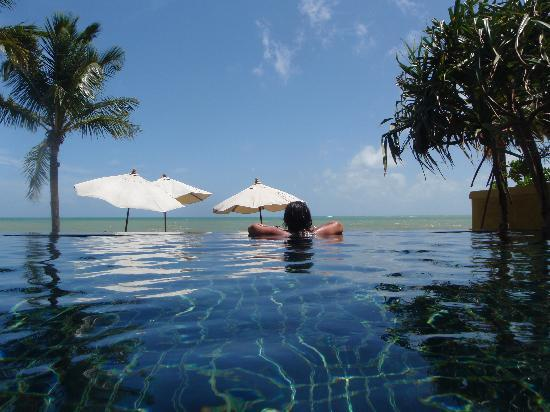 Chongfah Beach Resort: Infinity Pool