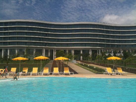 Sofitel Malabo Sipopo Le Golf: la vue de l'hôtel de la piscine