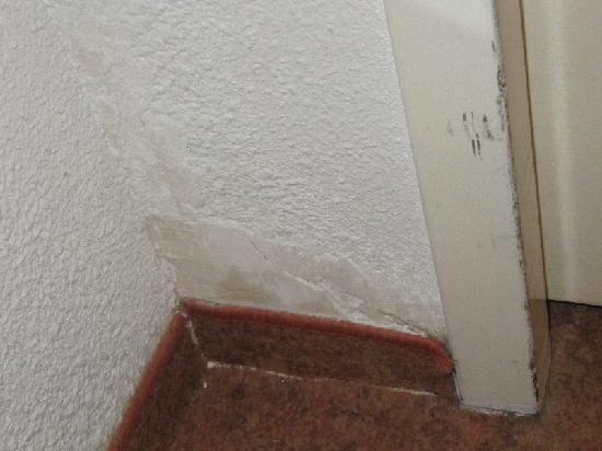 Ibis Narbonne: Damages - old carpet