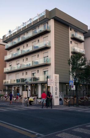 Misano Adriatico, Italy: l'esterno della nuova facciata