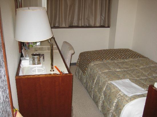 Hotel Sunroute Fukushima : ベッドは少々狭いかも
