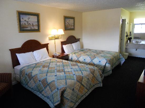 Riverwalk Inn & Suites Portsmouth: Double Bed