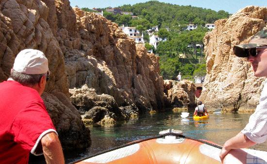Serveis Nautics: among the rocks in the zodiac