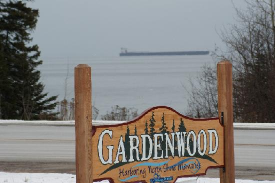 Gardenwood Resort and Motel : Relax and watch the ships go by.