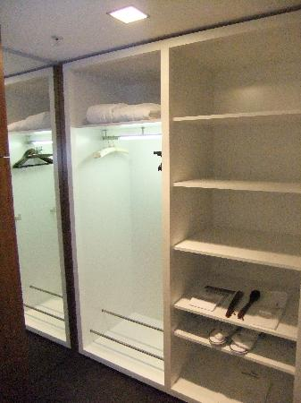 Sofitel Berlin Kurfuerstendamm: Room 1001 ('Junior' suite?), walk-in wardrobe.