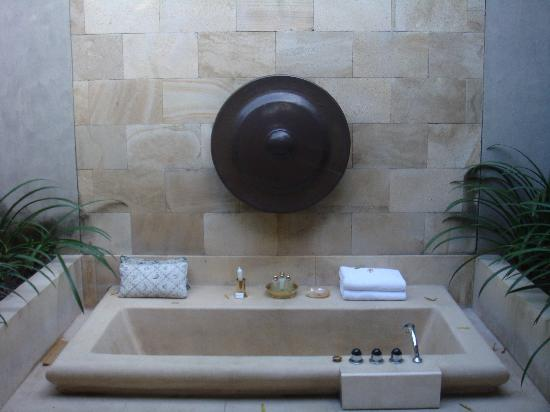 Amanjiwo Resorts: romantic bathtub