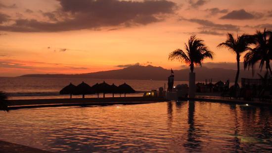 Dreams Villamagna Nuevo Vallarta : Sunset at the west pool