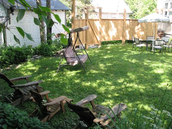 Auberge de Mon Petit Chum B&B: Relax in our garden!