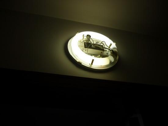 Pisa Hotel : Luminaire salle d'eau