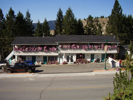 Apple Tree Inn: beautiful flowers lots of parking