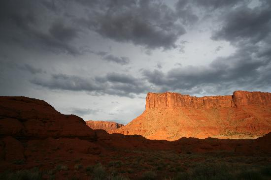 Red Cliffs Lodge: Castle Valley at sunset