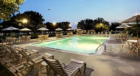 Wyndham Garden Philadelphia Airport : Large Outdoor Pool with Plenty of Seating