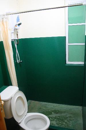 Cozy Home Inn : シャワー(地面汚くみえるけど、汚くないです。)