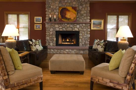 The Bradley Boulder Inn: Complimentary Wine and Cheese in front of the Great Room fireplace.