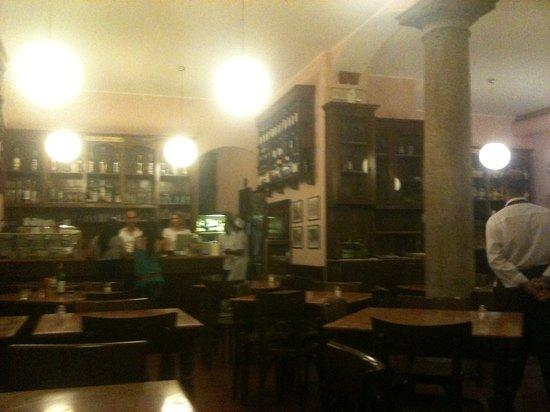 Pizzeria Tradizionale: il locale è vuoto, ma sono le 24,30