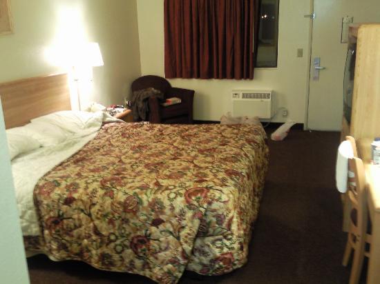 Heritage Inn San Diego Near Sea World: A bed big enough for 3... Ha ha!