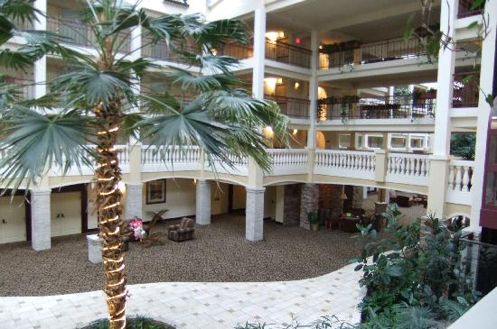 Embassy Suites by Hilton Colorado Springs : More atrium