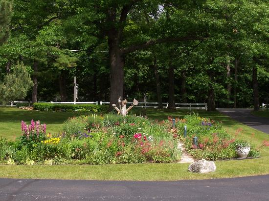Bay Shore Inn : Beautiful flower gardens