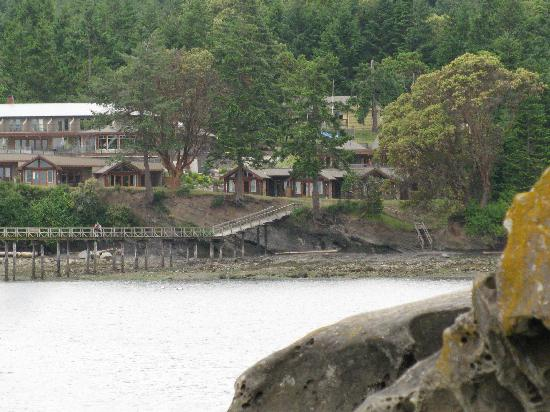 Mayne Island Resort: View of the resort from across bay