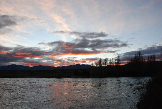 Riversong Bed & Breakfast: Sunrise over the river from front yard of B&B