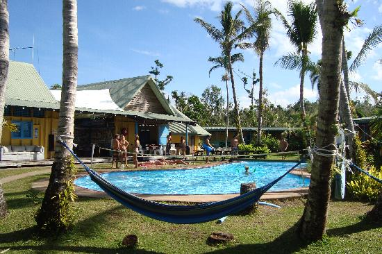 Scotty's Mission Beach YHA: Guests enjoying the pool & hammocks