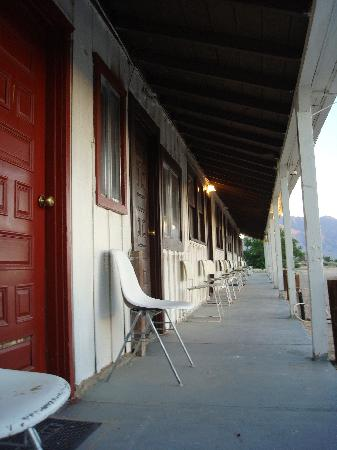 Rustic Oasis Motel: A view down the walkway