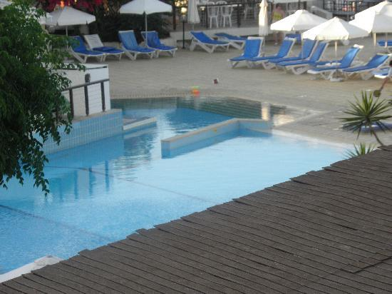 Golden Coast Beach Hotel: the swimming pool from our balcony!