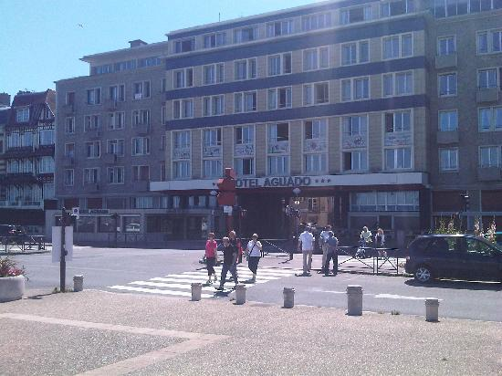 Hotel Aguado : Vue de la façade depuis le front de mer