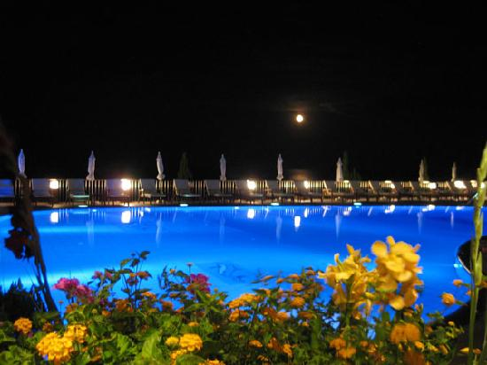 Regina Dell Acqua Resort: The pool by night