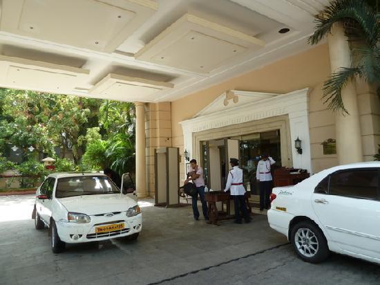 Radisson Blu Hotel GRT Chennai: hotel entrance