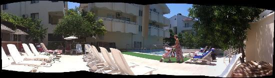 Ayhan Apartments: paronamic view around the pool
