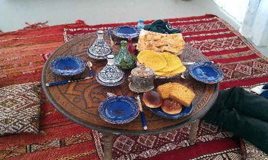 Riad Amazigh Meknes: Le petit-déjeuner sur la terrasse