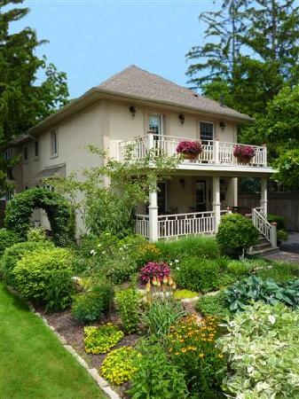 Wine Country Bed & Breakfast: Beautiful B & B + Property
