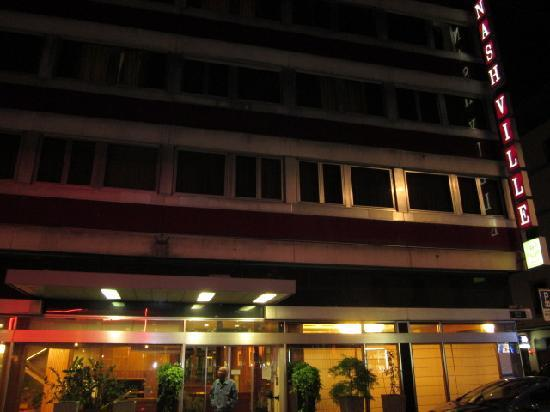 Hotel ibis Geneve Centre Lac: outside building at night
