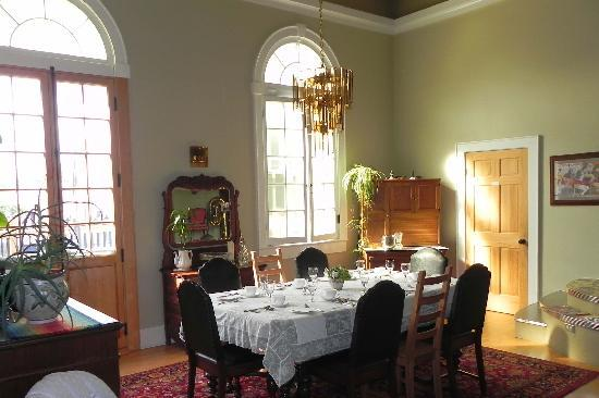 Green Door Bed and Breakfast: Very spacious dinning room