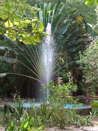 Robert's Grove Beach Resort: Fountain in courtyard