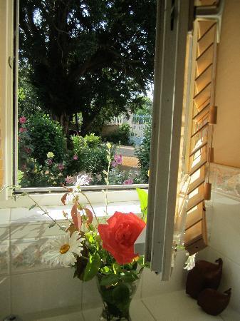 La Roseraie: Freah flowers in the bathroom