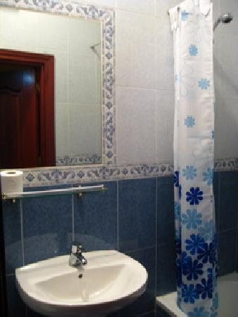 Hostal Condestable: shared bathroom