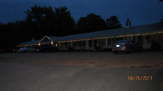 Starlight Lodge North Conway: Front of motel at night
