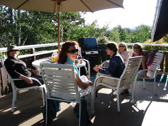 Northland Lodge: Guests and Wine on our large Deck with Mountain Views