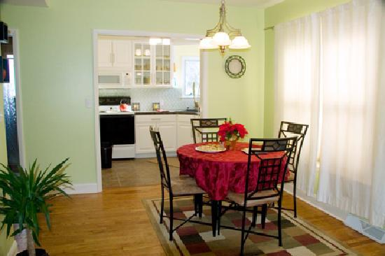Parkside Bed and Breakfast : Dining Area & Fully Equipped Kitchenette