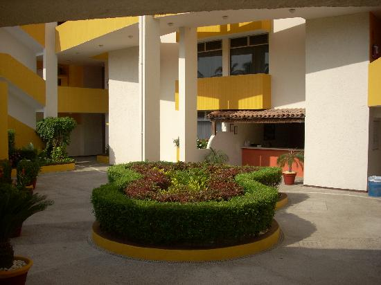Suites Costa Dorada: front courtyard