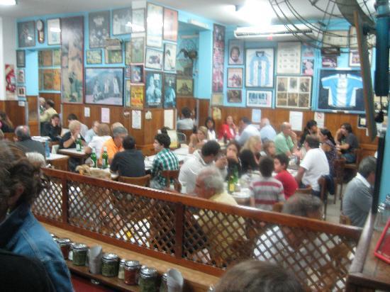 El Cuartito: A large, friendly crowd