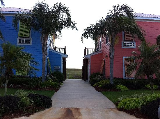 Lighthouse Lodge: Walkway to villas