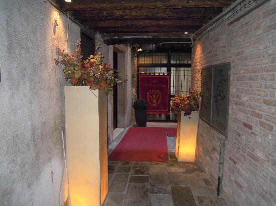 Al Ponte Antico Hotel: Land entrance