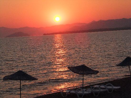 Oykun Hotel: Sunset at Calis Beach