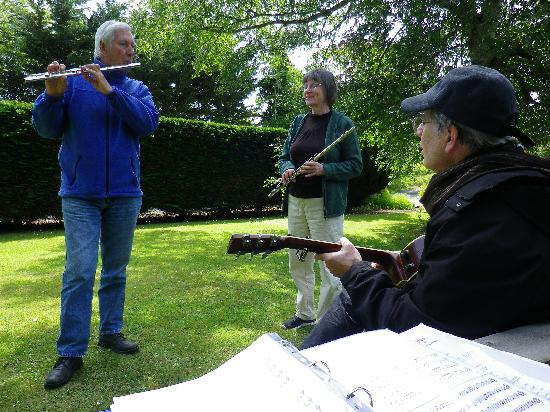 Tigh Cathain: Music in the garden