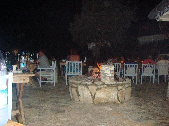 Beyaz Yunus Hotel: evening meal with an open fire