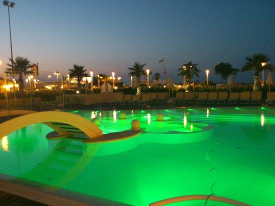 Piscina di notte picture of hotel corallo riccione tripadvisor - Piscina di riccione ...