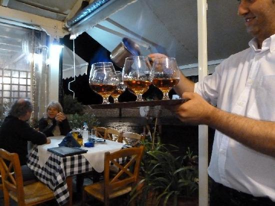 Restaurant Bacchos: Flaming metaxa